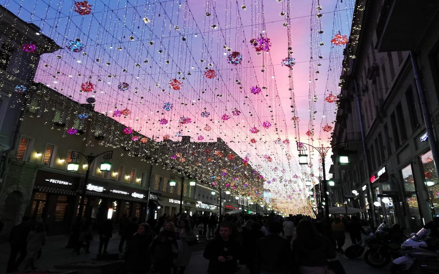 Oświetlona ulica Nikolskaja w Moskwie