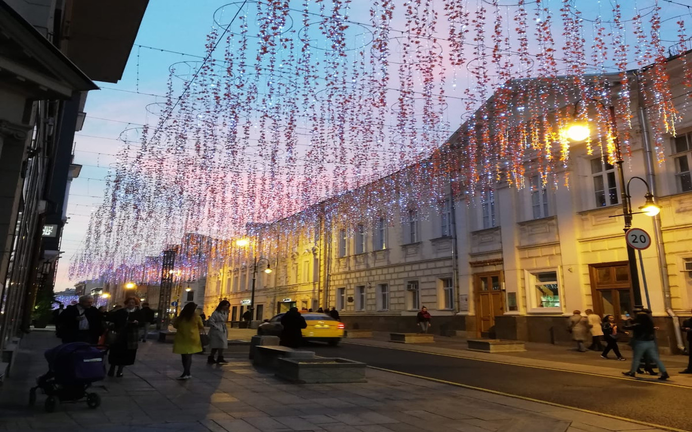 Moskiewska ulica Nikolskaja wieczorem
