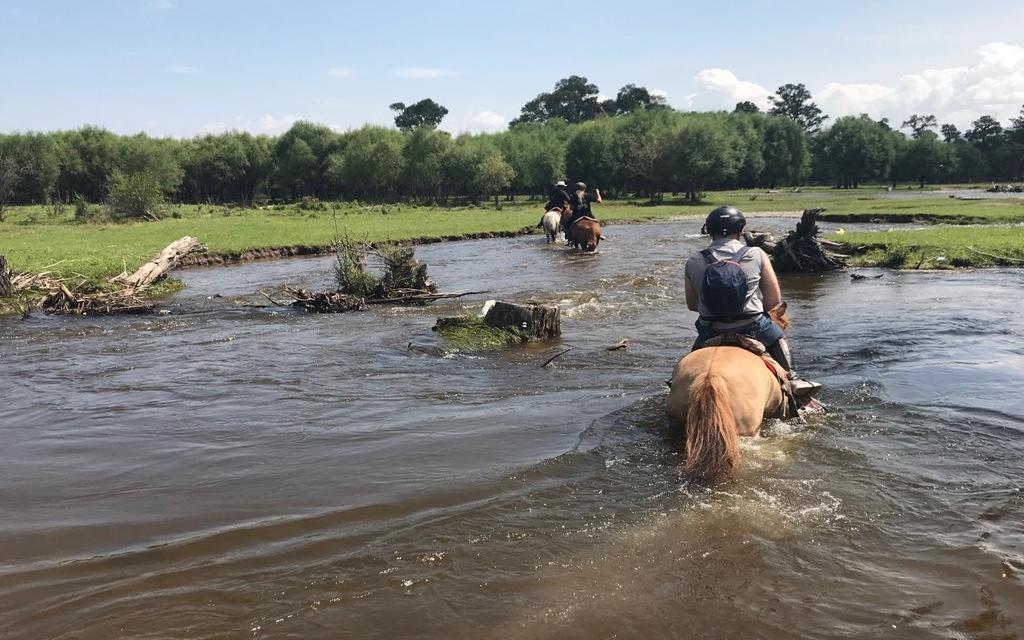 Przeprawa przez rzekę w Mongolii