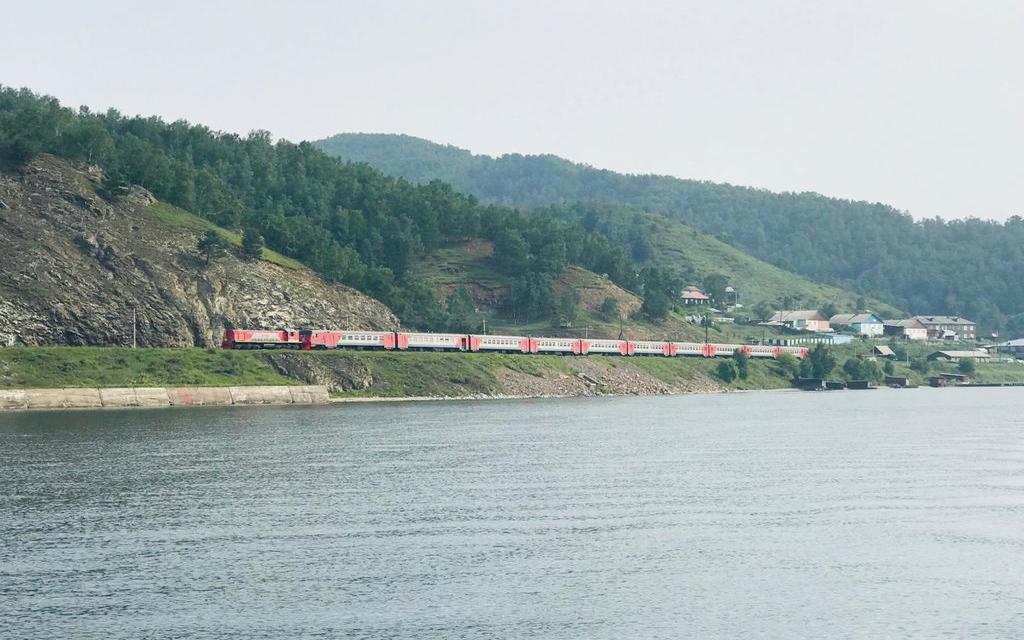 Przejazd koleją wzdłuż brzegu Bajkału