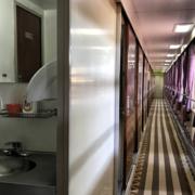 Korytarz 2 klasy i toaleta w pociągu transsyberyjskim