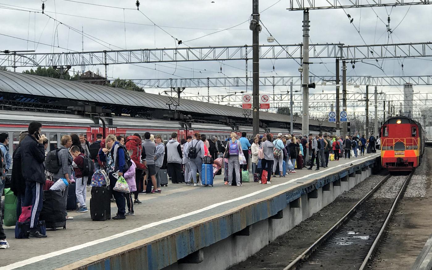 Pasażerowie czekający na podstawienie pociągu