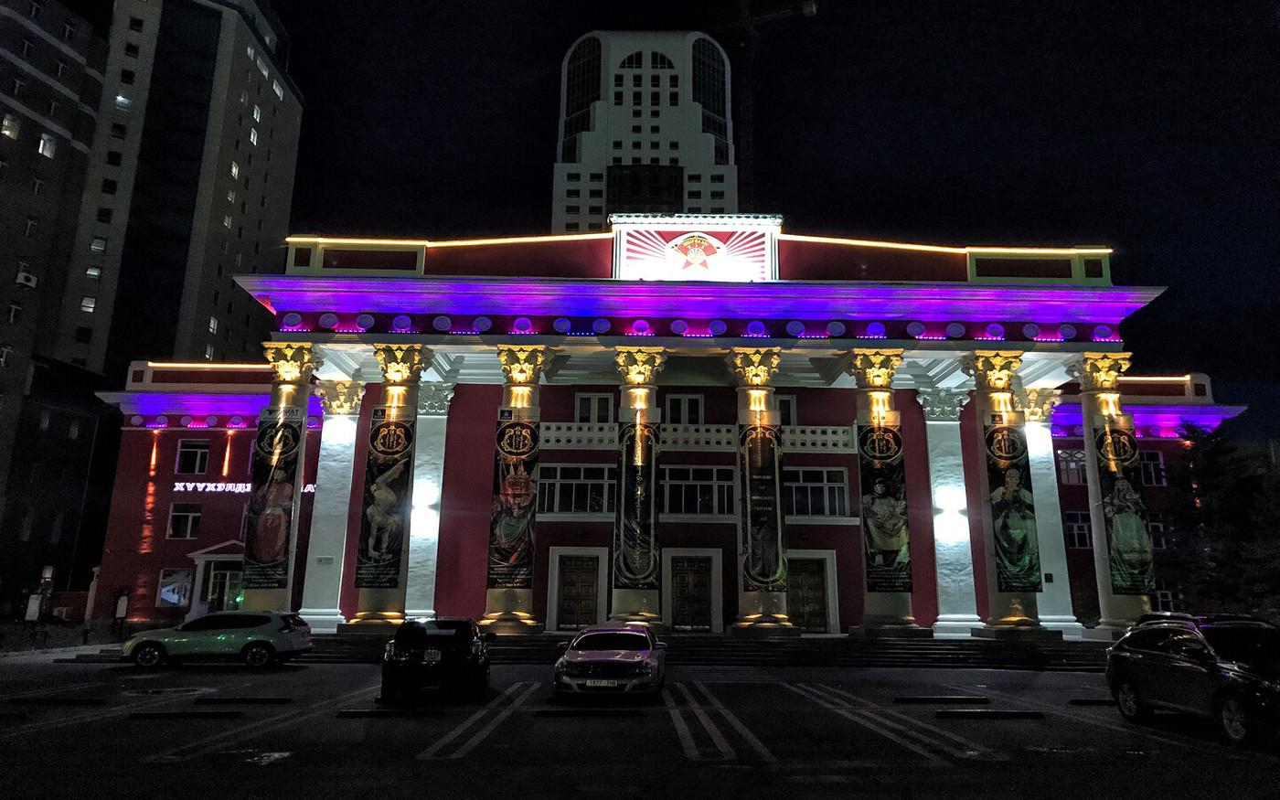 Oświetlony Teatr Dramatyczny w Ulan Bator