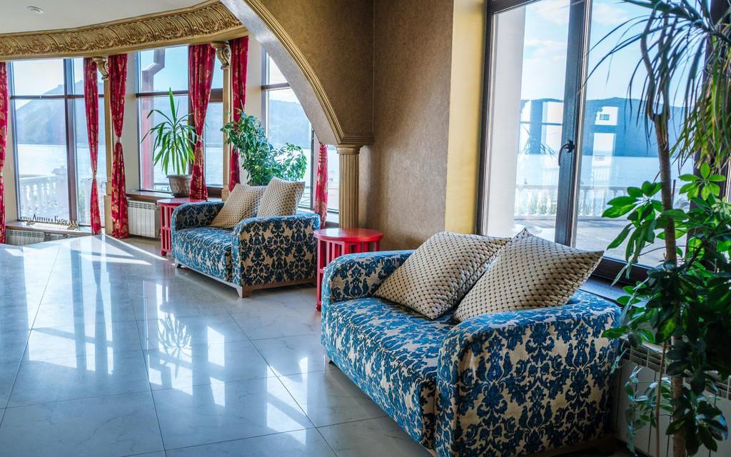 Lobby hotelu Legenda Bajkału w Listwiance